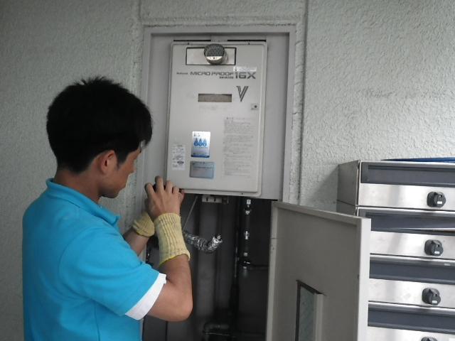 ガス給湯器取替工事 (尼崎市) 既設給湯器撤去中