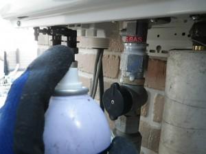 ガス給湯器エコジョーズ取替工事(神戸市西区)ガス漏れチェック中