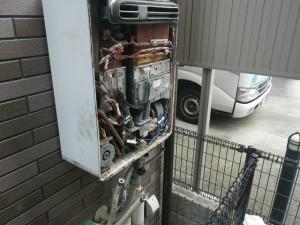 ガス給湯器エコジョーズ取替工事(尼崎市)既設本体撤去中。