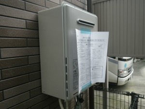 ガス給湯器エコジョーズ取替工事(尼崎市)本体取付固定完了後。