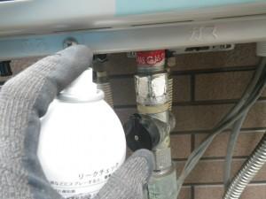 ガス給湯器エコジョーズ取替工事(尼崎市)ガス漏れチェック中。