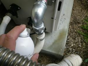 ガス給湯器取替工事(神戸市北区)ガス漏れチェック中