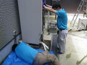 石油給湯器新設工事(篠山市)既設エコキュート撤去中