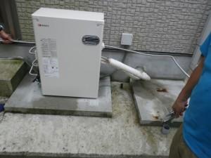 石油給湯器新設工事(篠山市)石油給湯器本体設置中
