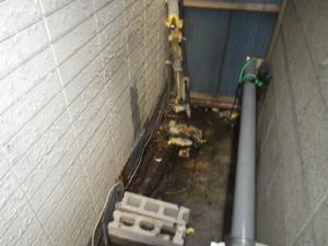 石油給湯器取替工事(神戸市須磨区)既設本体撤去完了後