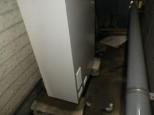 石油給湯器取替工事(神戸市須磨区)本体設置中