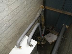石油給湯器取替工事(神戸市須磨区)湯水配管接続施工中