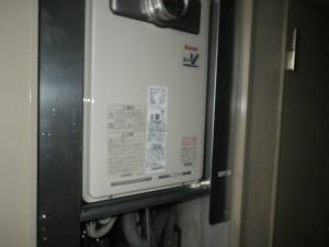 ガス給湯器高温差し湯取替工事(神戸市北区)本体取付固定中